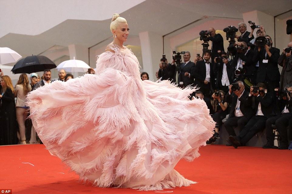 Венецианский кинофест: Шейк разочаровала платьем, пока Купер держался за руки с другой — фото