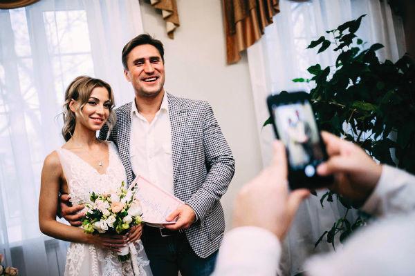 Победитель шоу «Замуж за Бузову» Денис Лебедев женился год назад — фото