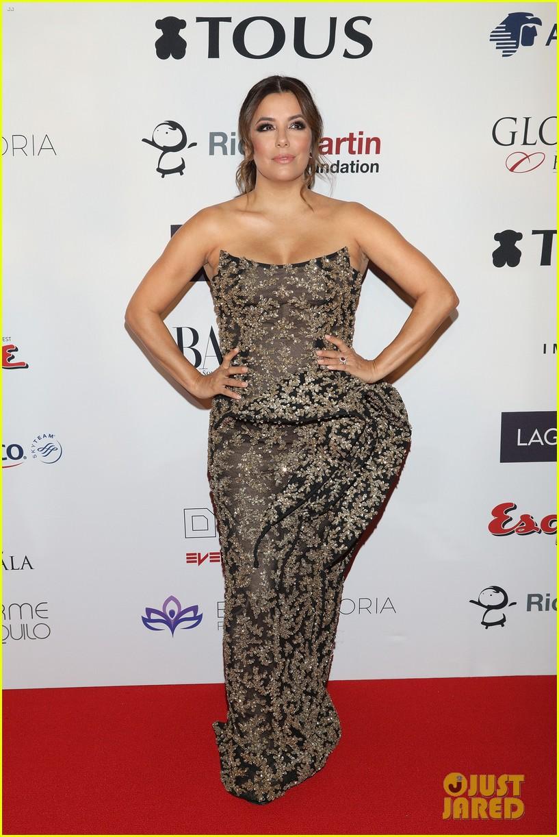 Дизайнеры изуродовали фигуру Евы Лонгории неудачным платьем — фото