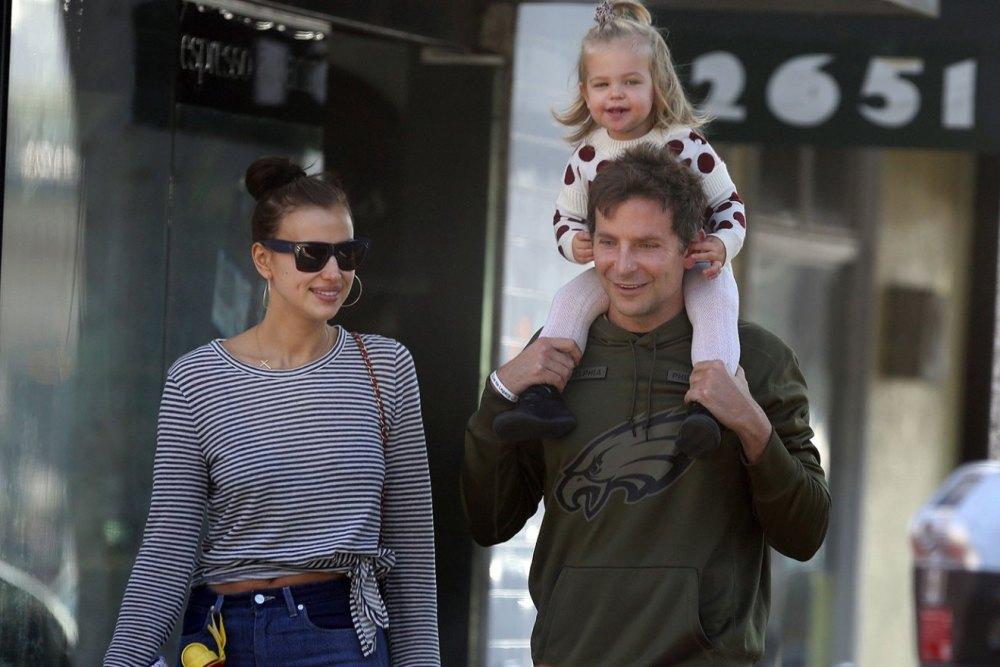 Ирина Шейк и Брэдли Купер прогулялись с подросшей дочкой — фото