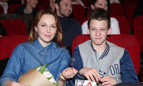 Меладзе и Джанабаева впервые вышли в свет с младшим сыном Лукой — фото