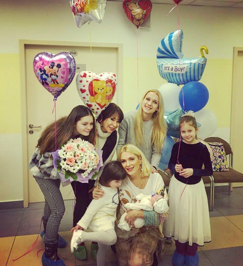 Мария Порошина показала 4-х дочек и новорожденного сына — фото