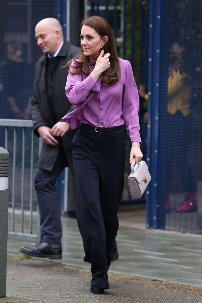 Кейт Миддлтон надела модную блузу от Gucci…задом наперед — фото