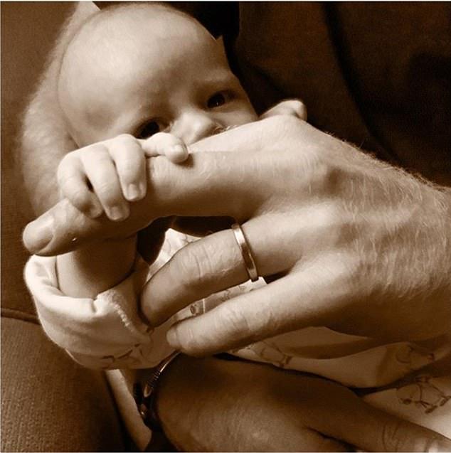 Меган и Гарри поделились трогательным фото Арчи в честь Дня отца