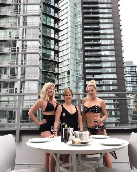 В сети обсуждают фото взрослых героинь Беверли-Хиллз в бикини