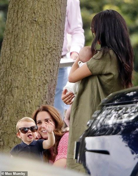 Кейт Миддлтон и Меган Маркл с детьми поддержали мужей на спортивном матче — фото