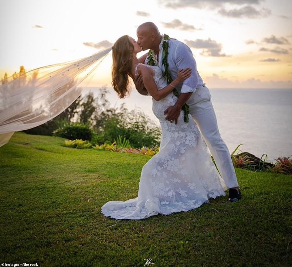 Дуэйн Скала Джонсон сыграл гавайскую свадьбу со своей девушкой — фото