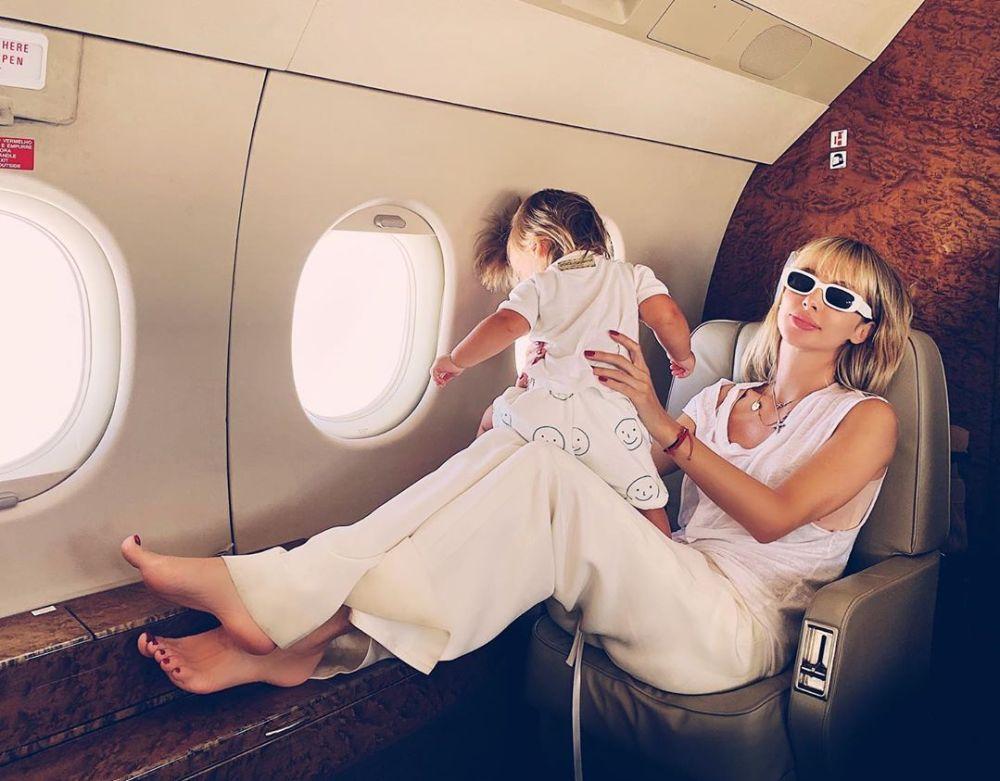 Светлана Лобода показала фото с младшей дочкой в самолете