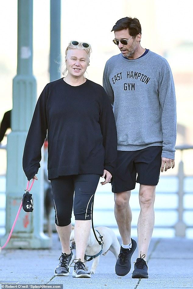 50-летний Хью Джекман на прогулке с 63-летней женой — фото