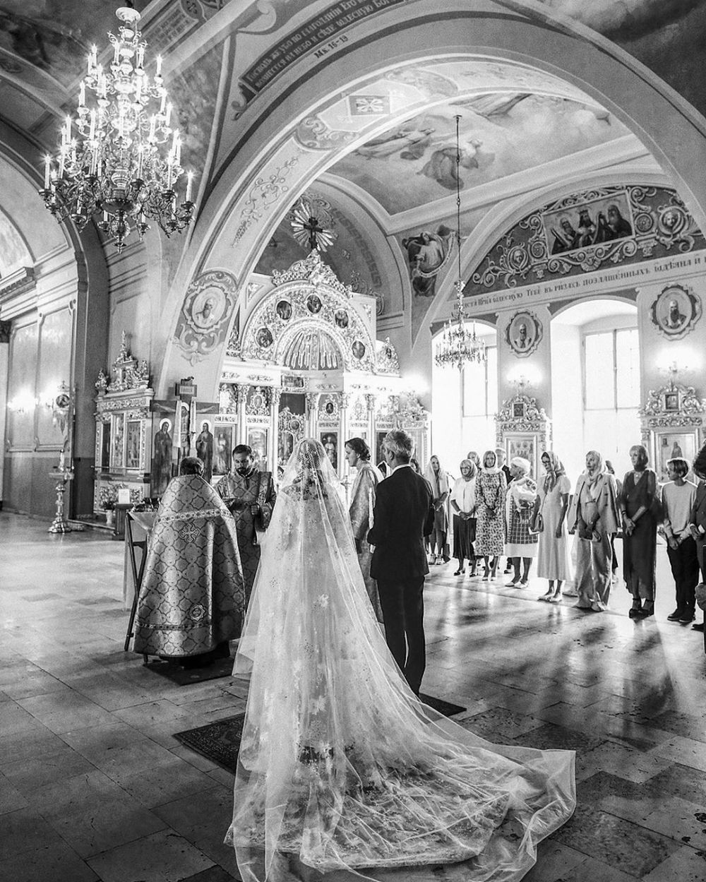 Андрей Малахов держал корону над Собчак во время ее венчания — фото
