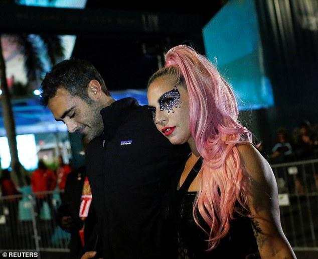 Леди Гага вышла в свет с новым бойфрендом — фото