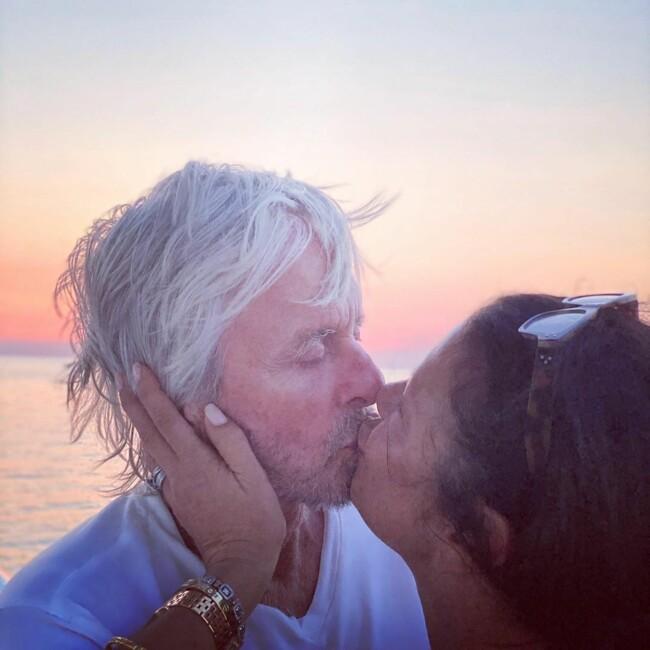 Кэтрин Зета-Джонс показала фото красивого поцелуя с 76-летним Майклом Дугласом