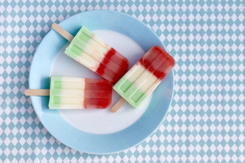 Eis selber machen: Fruchtige Popsicles mit Melone, Joghurt und Waldmeister