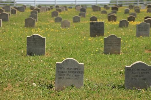 кладбища или могилы эмишей (на смешанных территориях) можно различить сразу - всё очень просто, детей хоронят в одном углу, стариков в другом