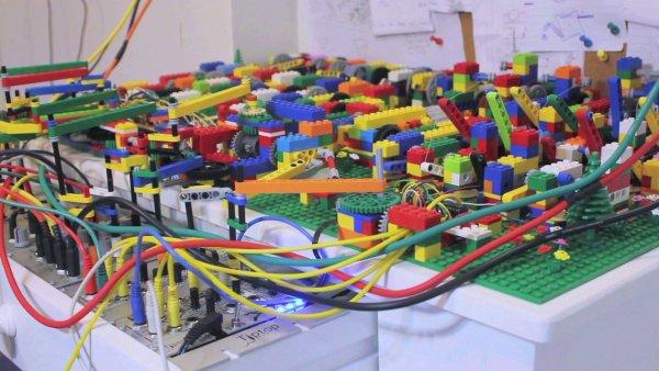 パフォーマンスに新たな可能性を。LEGOブロックで創り出すユーモラスな音楽表現