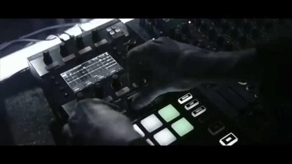 DJとライブパフォーマンスの垣根をなくすDJコントローラ『TRAKTOR KONTROL D2』リリース