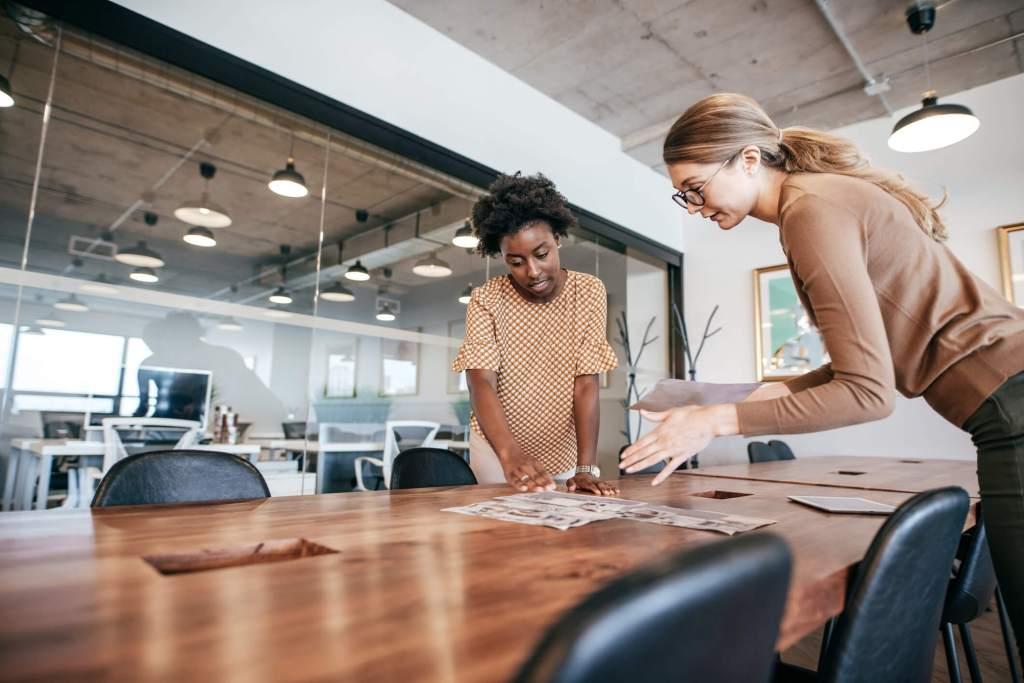 duas mulheres falam sobre negócios