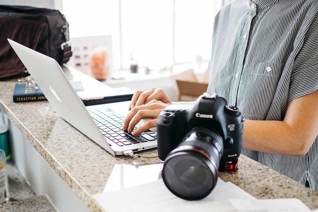 jovem empreendedora a editar fotografias de produto