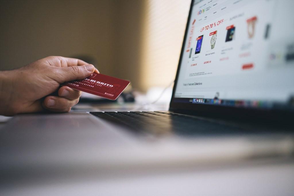 Homem a fazer compra online no computador
