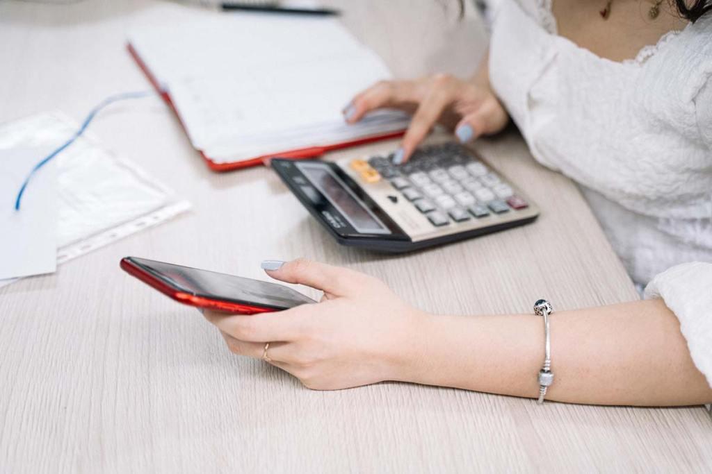 Mulher com contas e calculadora