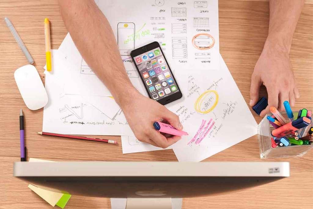 Pessoa a trabalhar na estratégia de marketing