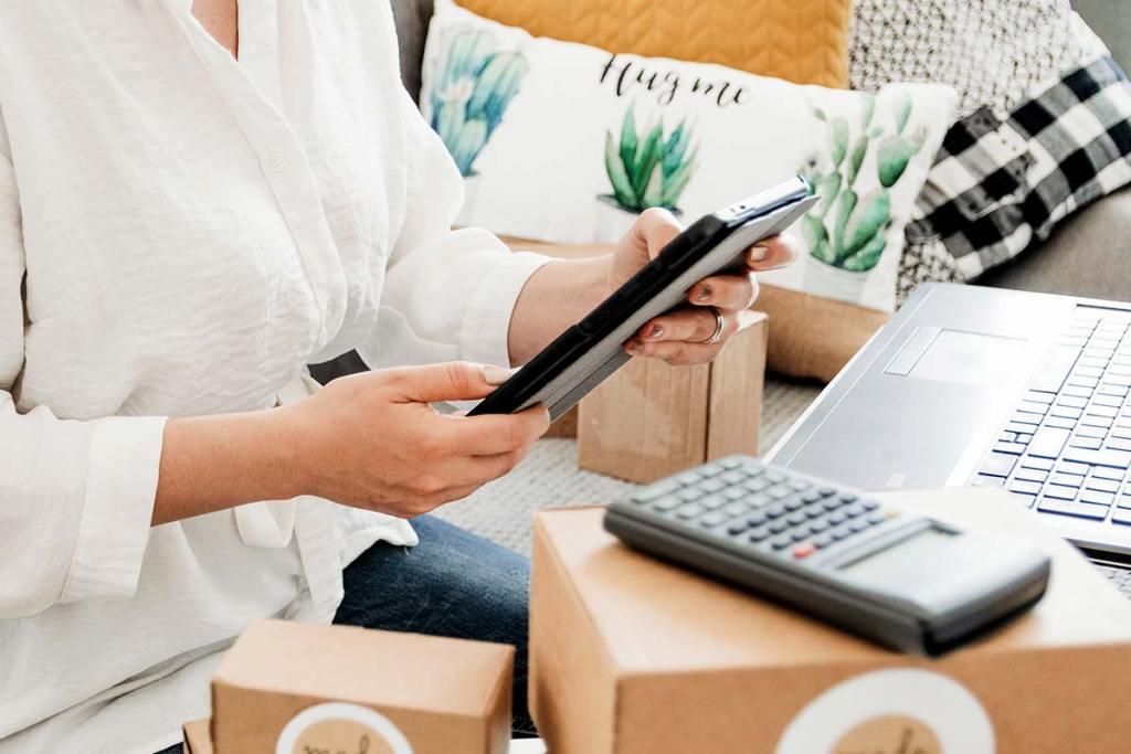 Mulher a gerir pedidos da sua loja online