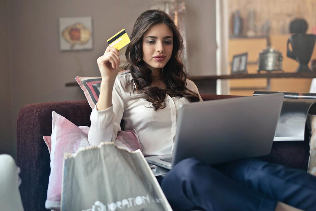 Mulher a fazer compras online