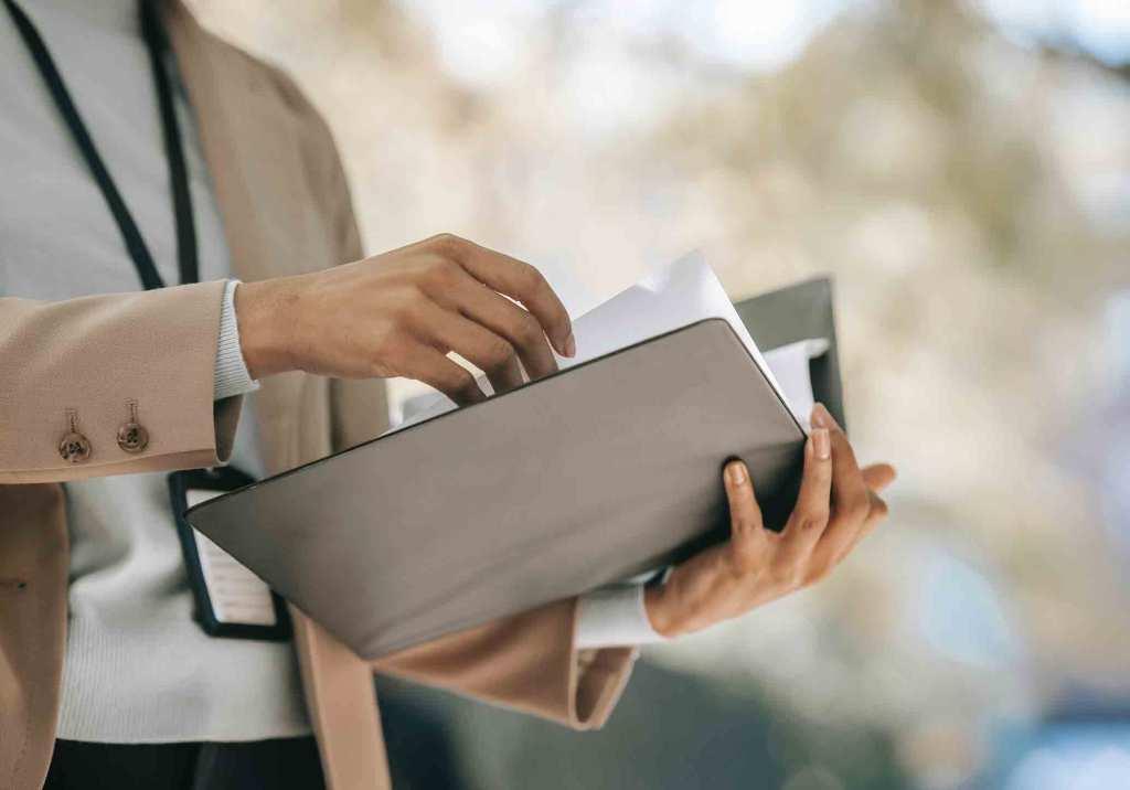 Pessoa com pasta e documentos