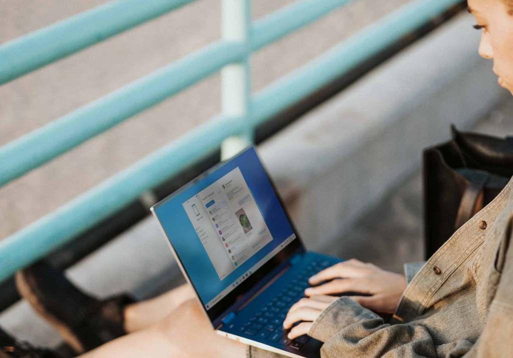 pessoa usando laptop preto