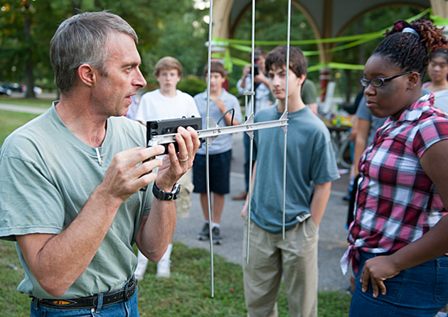 Stephen Blake, PhD, a National Geographic Society Explorer affiliated with Washington University in St. Louis, joined with the Academy of Science St. Louis to lead a BioBlitz gathering for Junior Academy of Science Teens at Tower Grove Park in St. Louis. Here Blake discusses techniques for tracking wildlife. (Sid Hastings/WUSTL Photos)