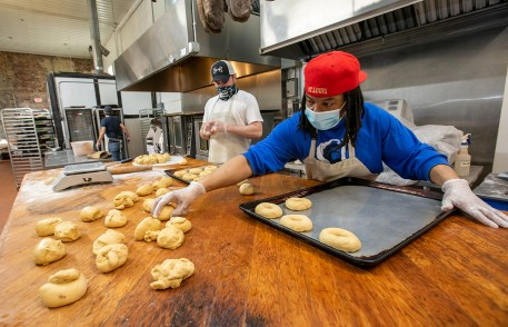 Kevin Brefford prepares bagels at Bridge Bread. Bridge Bread was founded in 2011 to provide job skills and kitchen experience to St. Louisans without homes. Bridge Bread products are available at Washington University eateries and markets. (Photo: Joe Angeles/Washington University)