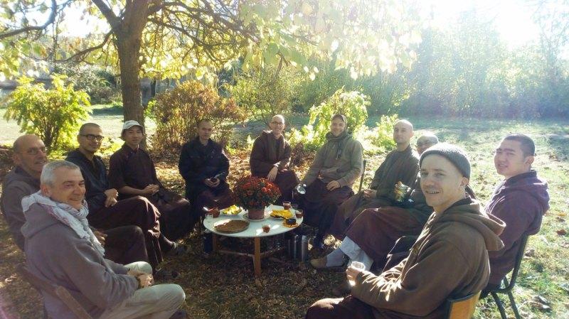 Les monastiques et les laics du monastère de la source guérissante - Verdelot - Village des pruniers
