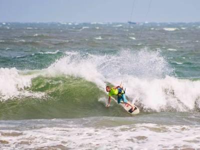 kitesurf in Mui Ne on the waves in Mui Ne