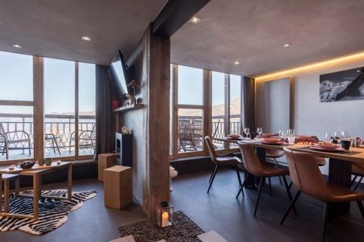 Appartement alpin (Les Arcs 1800) - Mur en feuille de pierre et bois de grange - Appartement Les Arcs Vue Mont-Blanc - Thomas Ouf - Source Studio - Architecte d'intérieur à Aix-les-Bains en Savoie