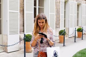 girl shopping smartphone pixabay