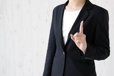法事の平服の女性