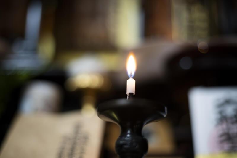 仏壇のろうそくの火の消し方