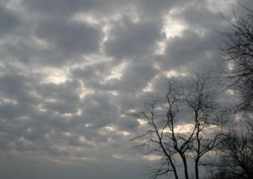 سحب كثيفة وقطرات مطرية متفرقة اليوم الجمعة