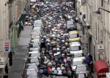 وزير خارجية فرنسا: سنمنع الصلاة بالشارع العام