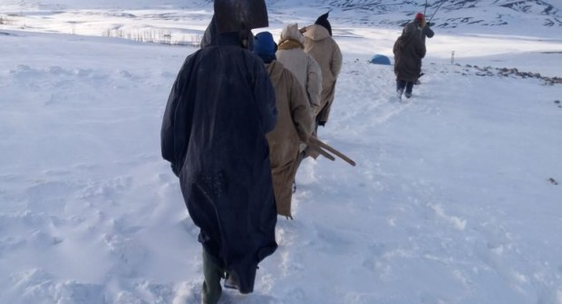 بالصور: في ظل استمرار معاناة الرحل…متطوعون يأخذون زمام المبادرة بإملشيل وتينغير