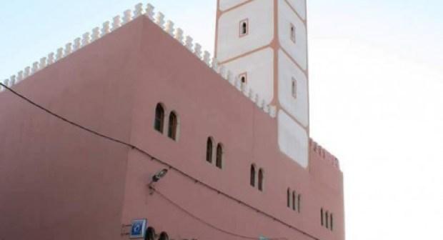 """مؤثر…""""مُصلٍّ"""" يلفظ أنفاسه في الصف الأول بأحد مساجد انزكان"""
