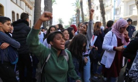"""وارزازات: تلاميذ محتجون عى """" الساعة"""" يرشقون سيارة رباعية تقل السياح"""