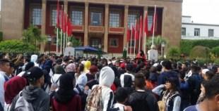 """التلاميذ أمام  البرلمان: """"الشعب يريد إسقاط الساعة"""""""