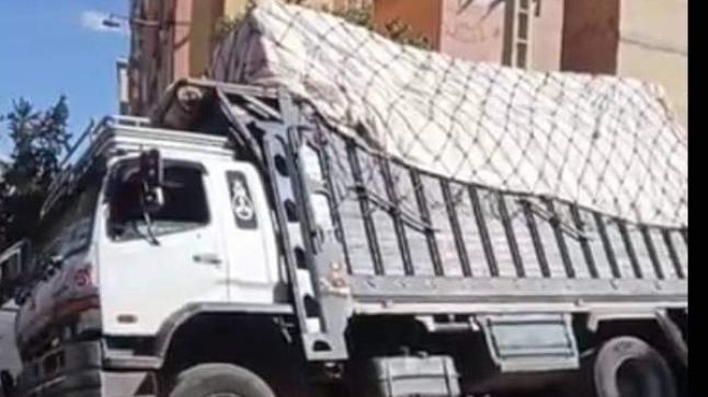 سقوط شاحنة في حفرة وسط الشارع يكشف فضائح البنية التحتية بأولاد تايمة