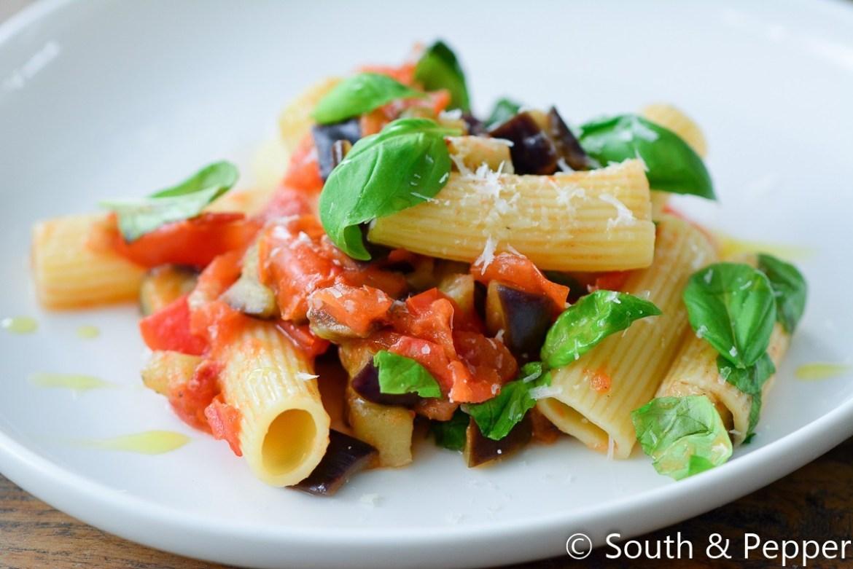 Pasta met aubergine en tomaat gerecht