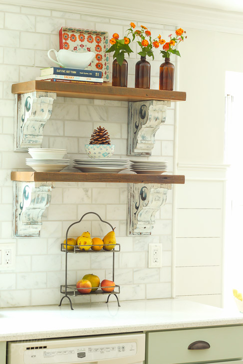 kitchen-open-shelves-fall-decor