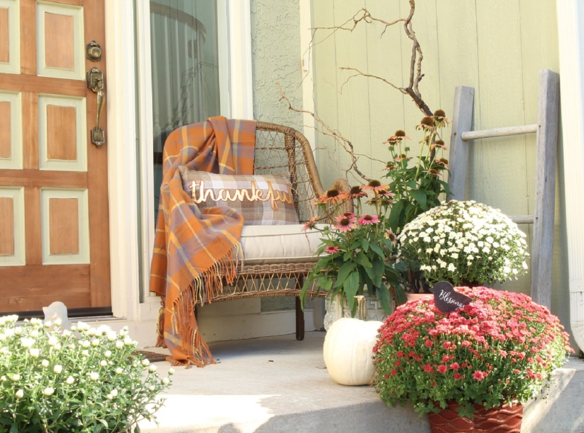 Traditional Fall Decor Ideas for Outdoors