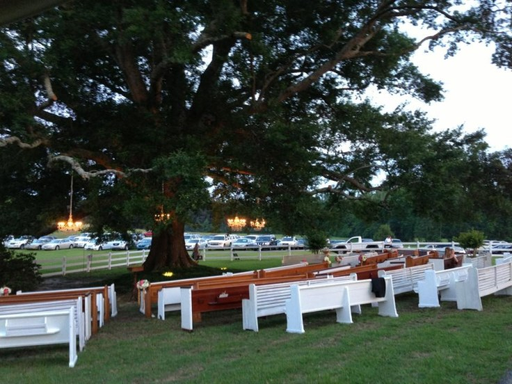 church-pews-for-outdoor-wedding