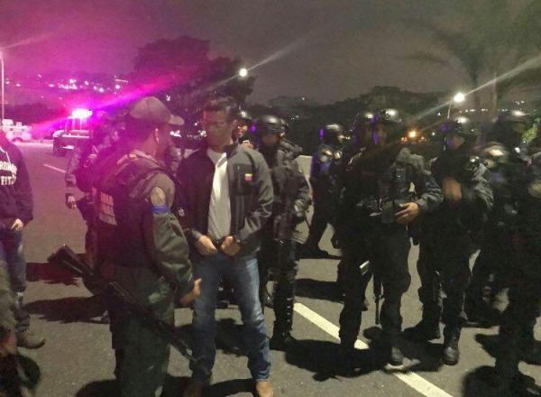 """Venezuela: Ozbrojení priaznivci americky vyhláseného """"prezidenta"""" sa pokúšajú zvrhnúť vládu Maduro (fotky, videá)"""