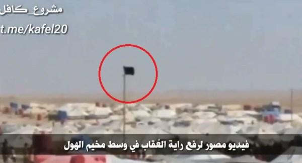 Vo videu: ISIS vlajka je zvýšená nad Al-Hawl utečeneckého tábora V USA-obsadenej časti Sýrie
